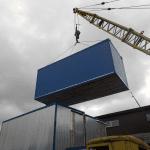 Погрузка блок-контейнера краном