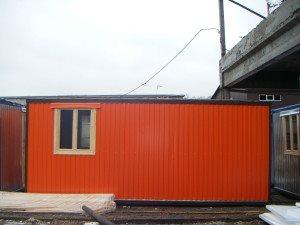 Блок-контейнер обшитый цветным профлистом (морковный)